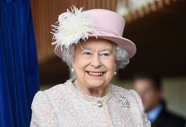 Queen Elizabeth II is seen at the Chichester Theatre while visiting West Sussex in Chichester, United Kingdom| Photo: Getty Images.