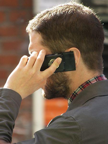 Hombre hablando por teléfono.| Imagen: Wikimedia Commons
