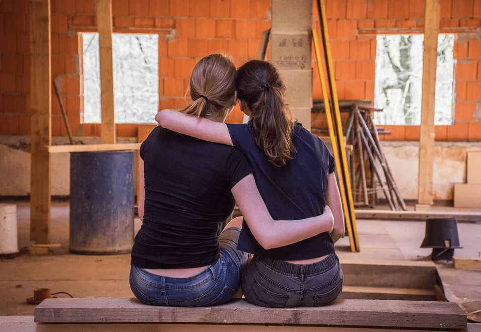 Girlfriends passionately hold each other while sitting | Photo: Pixabay