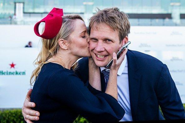 Mujer besando a un hombre en la mejilla.   Imagen: Getty Images