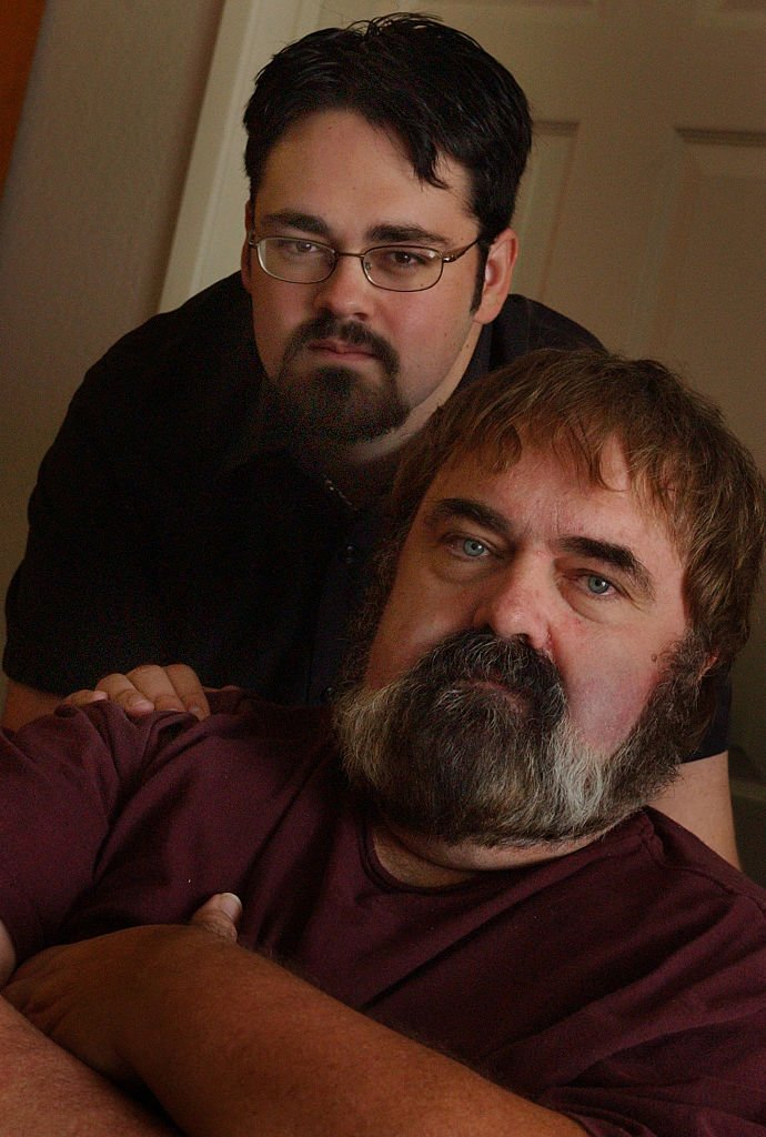 Zachary (top) and father Walter Olkewicz at their home in Burbank in California in 2003 | Photo: Getty Images