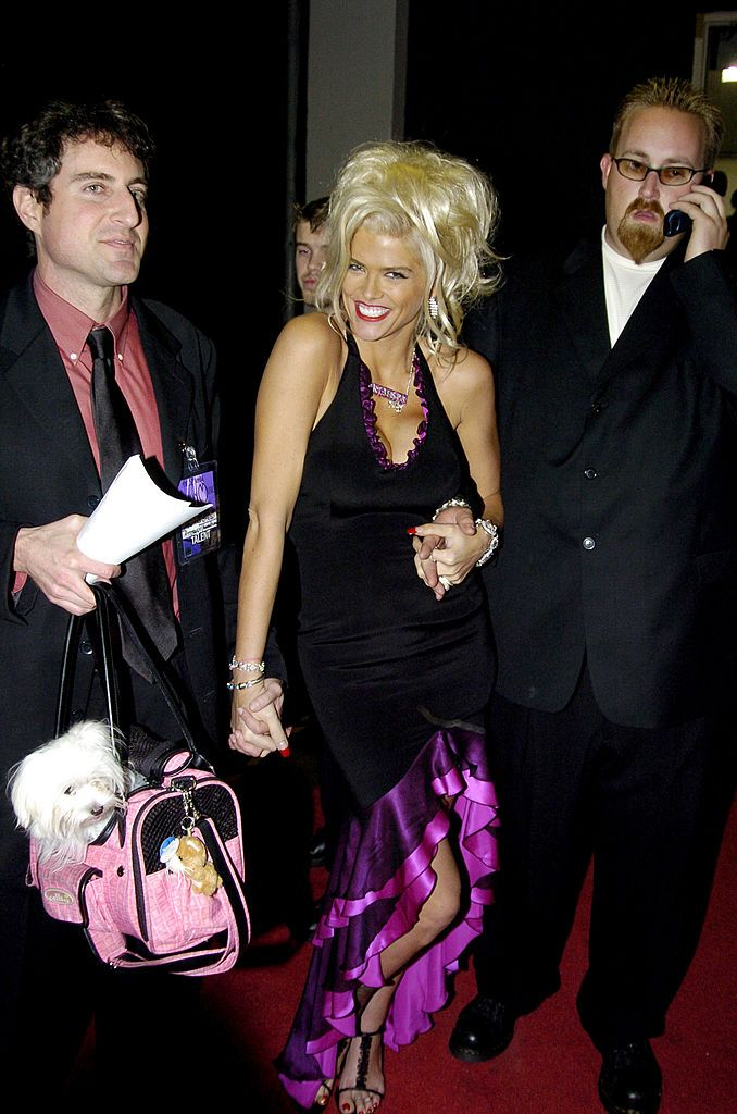 Anna Nicole Smith and Howard K. Stern backstage at the 32nd Annual American Music Awards in 2004, Los Angeles | Source: Getty Images