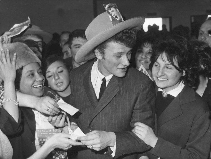 Johnny Hallyday avec plusieurs femmes. | Photo : GettyImage