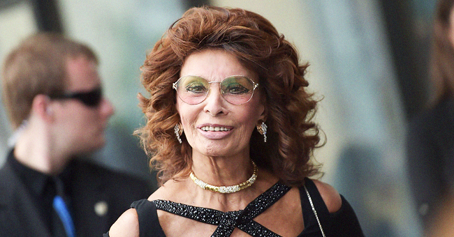 L'actrice Sophia Loren dans une magnifique robe noire lors des Green Carpet Fashion Awards
