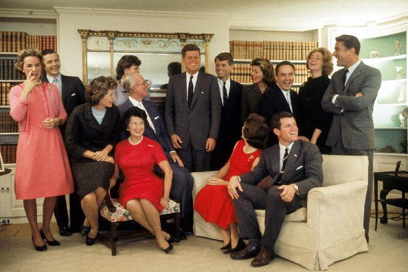 Portrait of members of the Kennedy family at their home in Hyannis Port, Massachusetts on November 9, 1960. | Photo: Getty Images