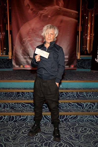 "Nicola Sirkis assiste à la première de ""Elephant Man"" aux Folies Bergeres. 