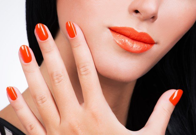 Uñas color naranja. │Foto: Freepik