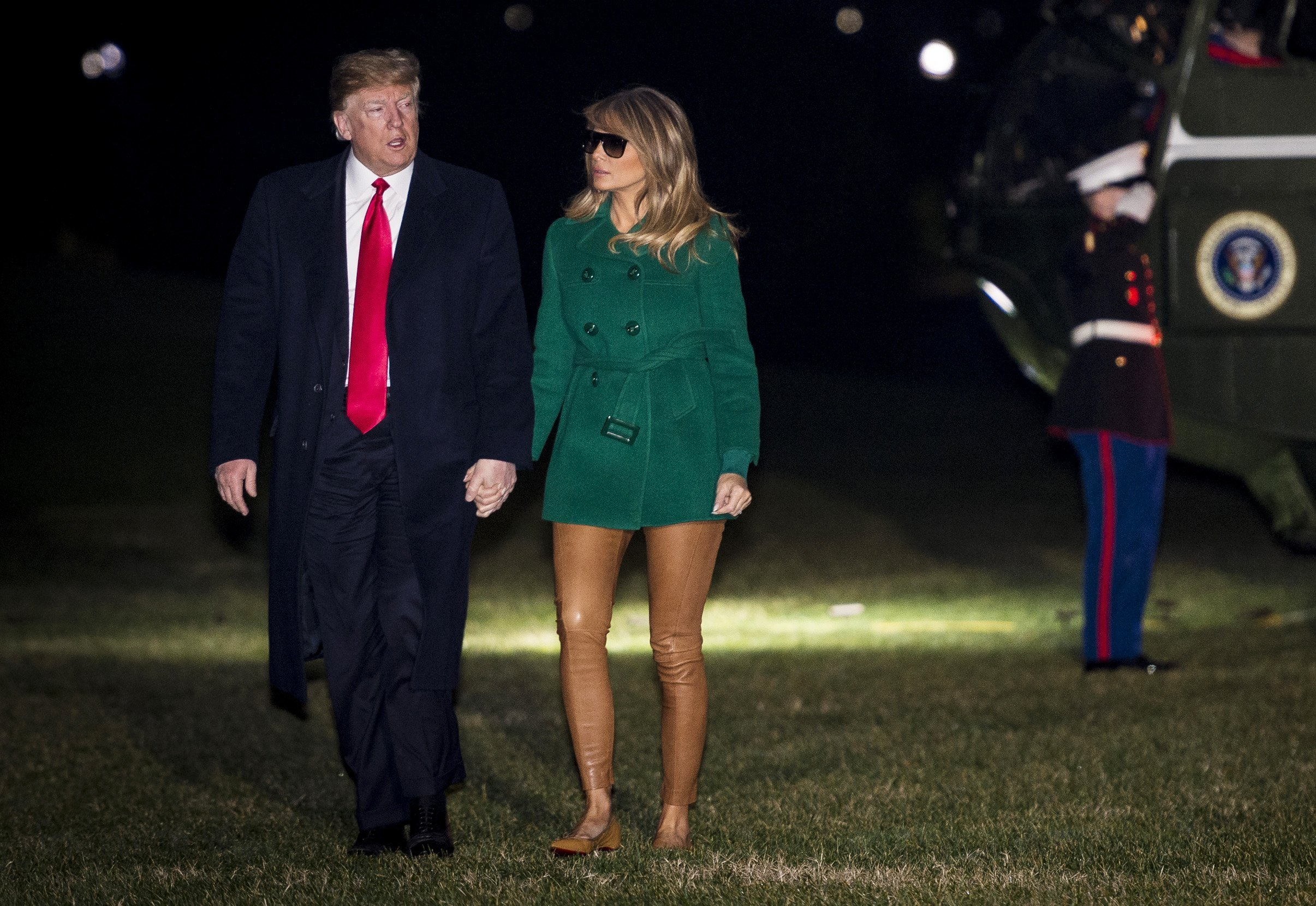 President Donald Trump and First Lady Melania Trump make their way across the South Lawn of the White House after returning on Marine One from their surprise trip to Al Asad Air Base in Iraq to visit troops, on December 27, 2018 | Photo: GettyImages