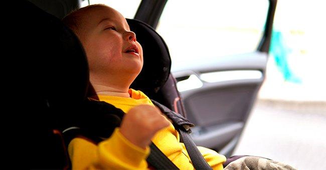 La photo d'un bébé sur la banquette arrière de la voiture | Source : Shutterstock