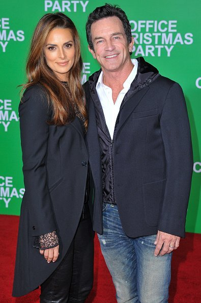 Jeff Probst and Lisa Ann Russell at Regency Village Theatre on December 7, 2016 in Westwood, California. | Photo: Getty Images