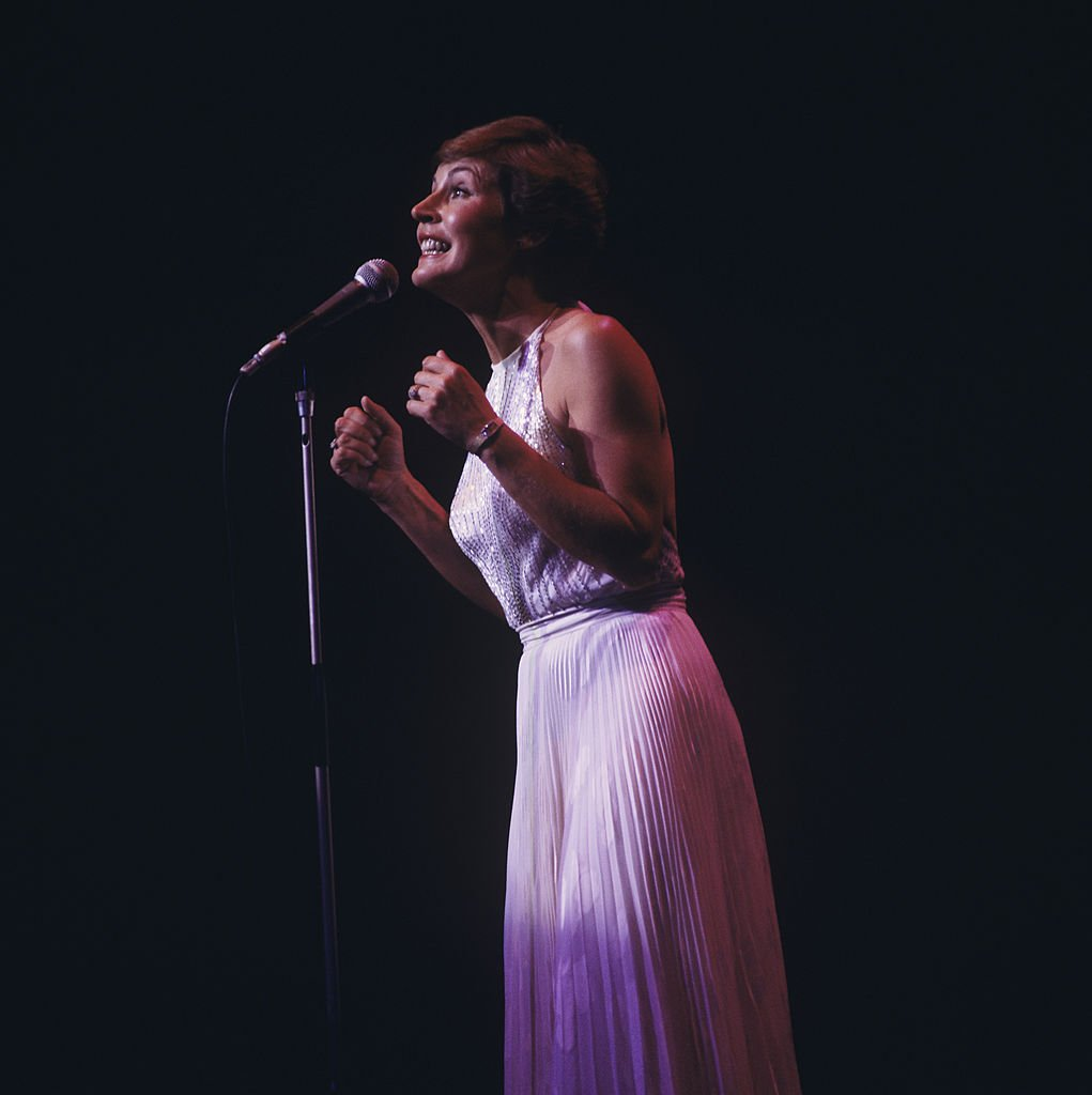 Helen Reddy performs on stage at the Palladium on January 1, 1970. | Photo: Getty Images