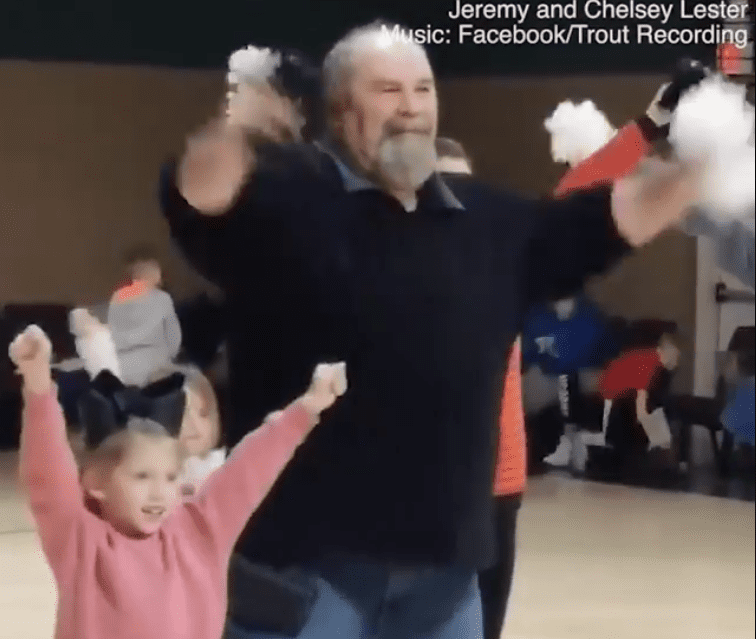 Abuelo bailando con su nieta / Imagen tomada de: Facebook