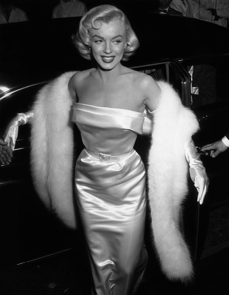 Marilyn Monroe arriving at a Hollywood party in 1953 | Source: Wikimedia