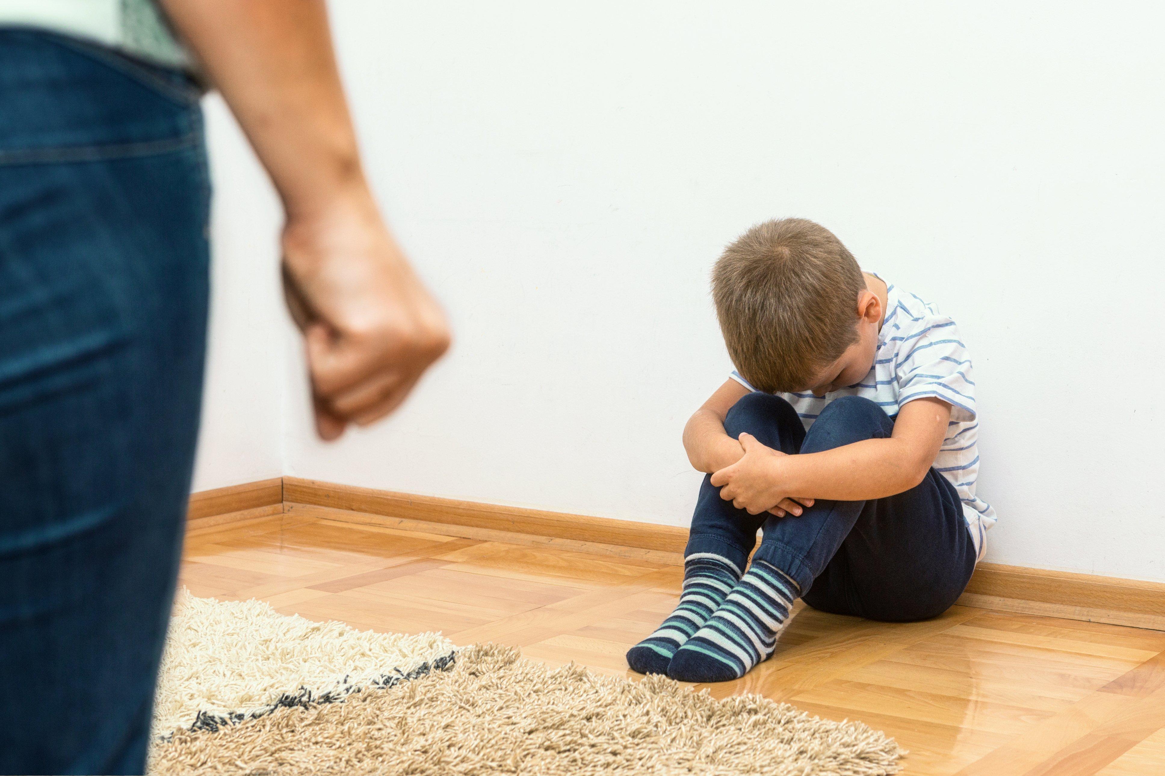 Enfant assis seul. Fontaine : Shutterstock