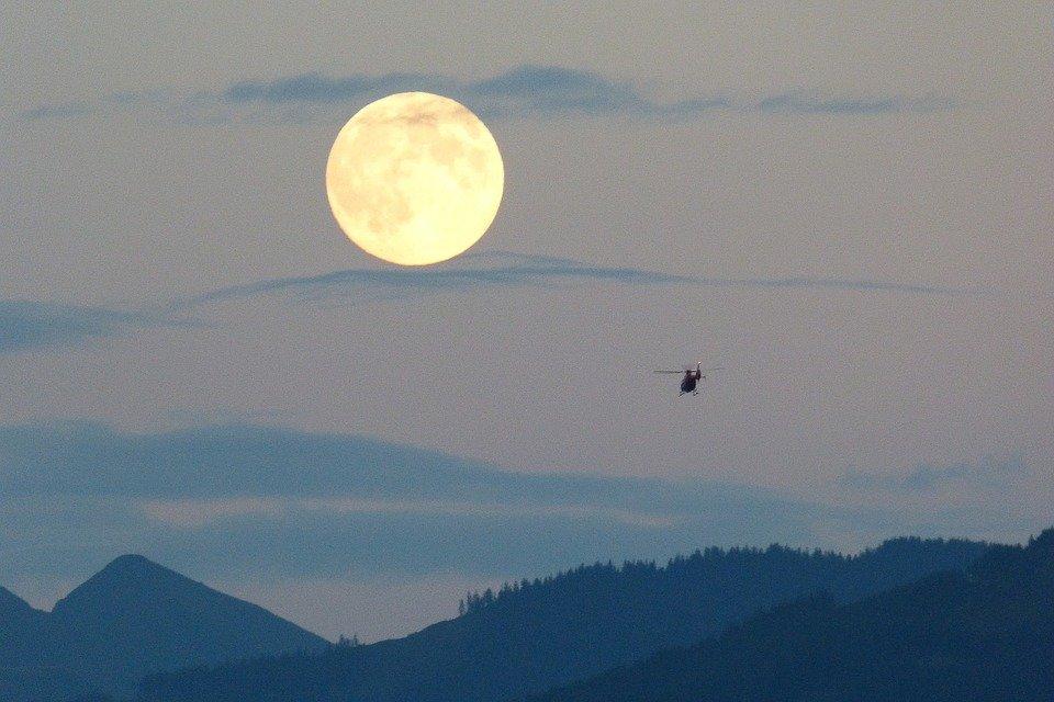 Vista de Superluna sobre montañas.   Imagen: Pixabay