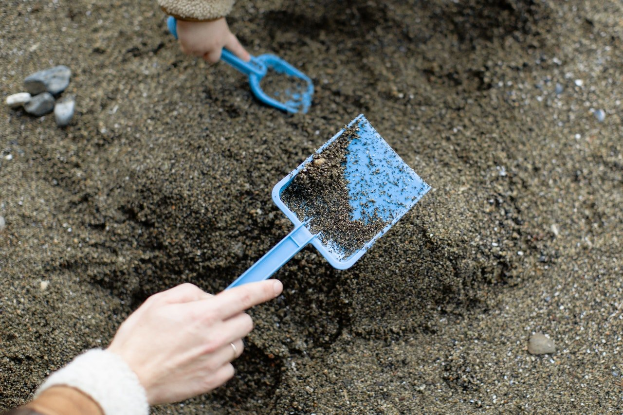 Photo of small shovels used for digging | Photo: Pexels