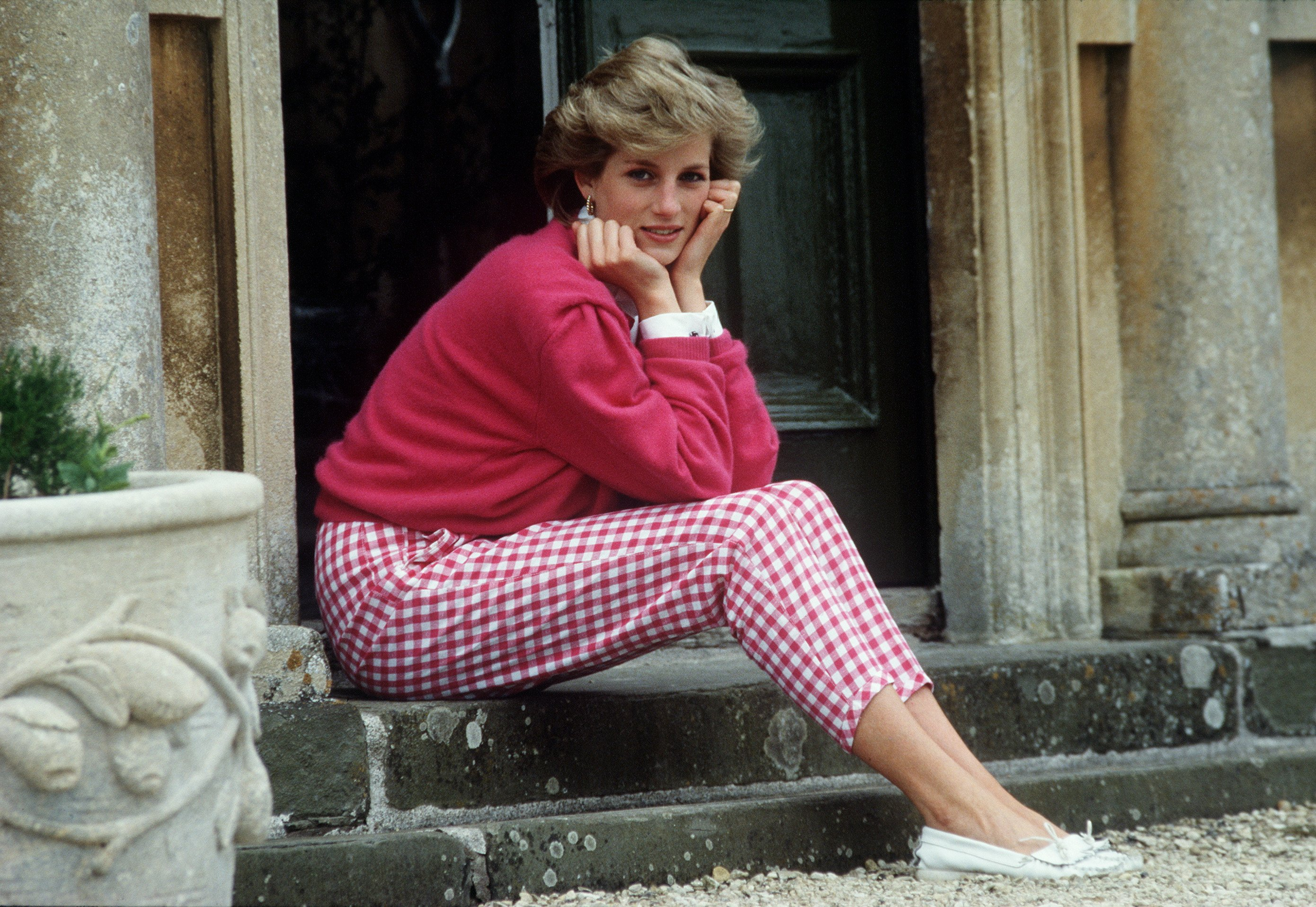 Princess Diana sitting on a step at her home, Highgrove House on 18th July 1986.   Photo: Getty Images.