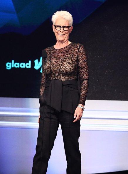 Jamie Lee Curtis en el escenario de los 30° Premios GLAAD. | Fuente: Getty Images/Global Images Ukraine