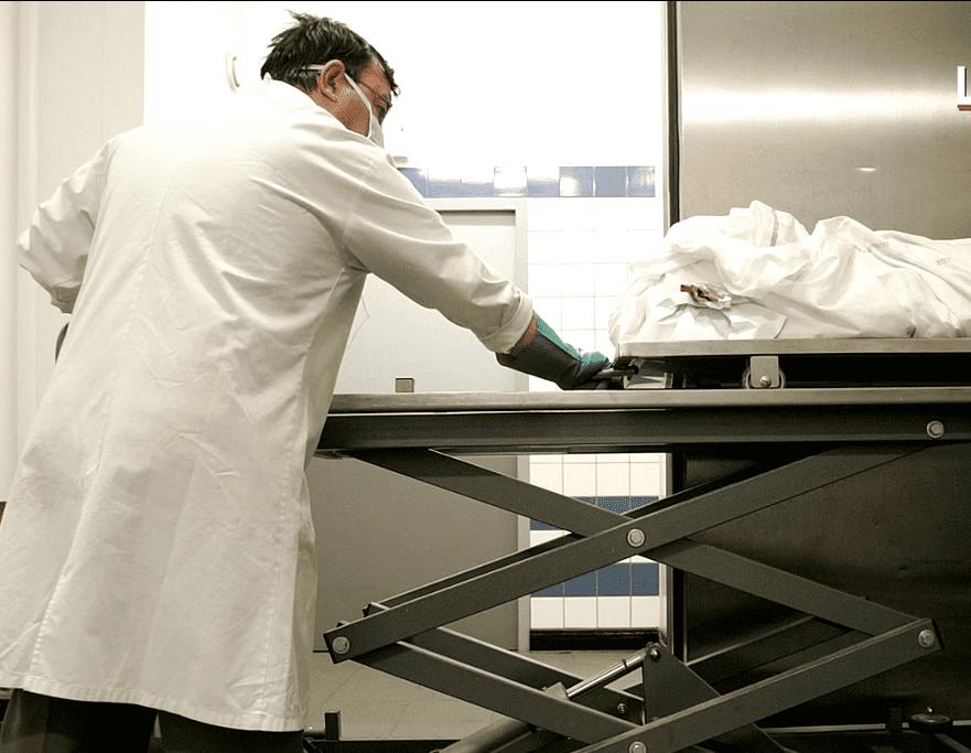 Un médecin légiste se prépare à effectuer une autopsie sur un cadavre. | Le parisien