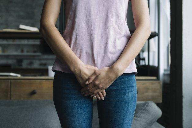 Frau mit Unterleibsschmerzen - Foto: Freepik