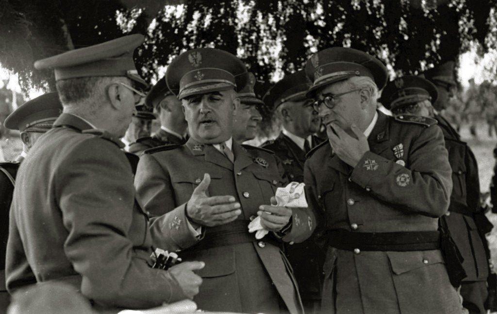 Francisco Franco junto a autoridades militares en unas maniobras | Imagen: Wikipedia