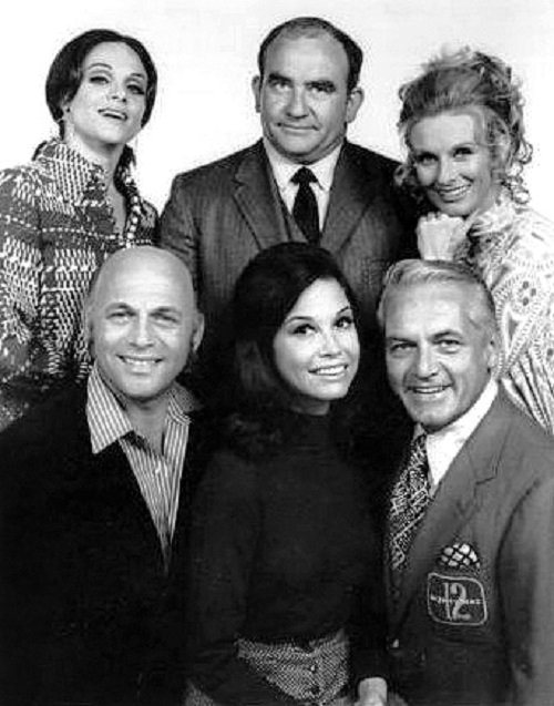 The Mary Tyler Moore Show cast 1970 I Image: Wikimedia Commons