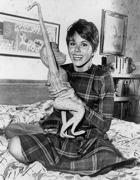 Publicity photo from Fair Exchange picturing Judy Carne as Heather Finch. | Source: Wikimedia Commons