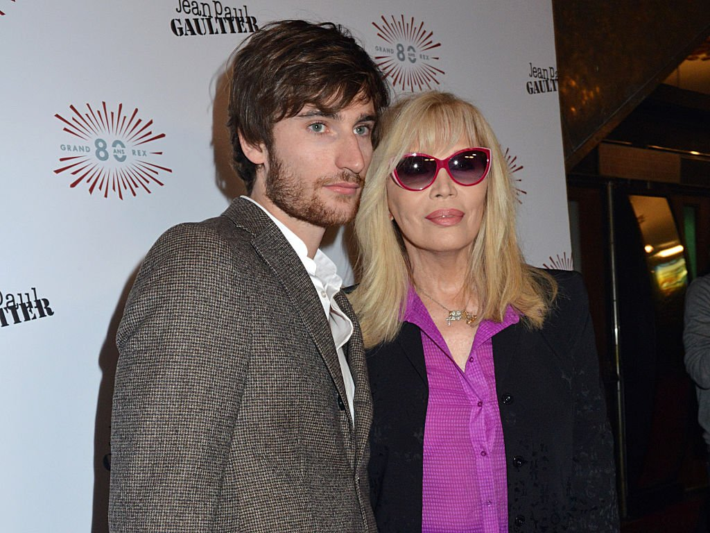 Anthony Hornez et Amanda Lear assistent au défilé Jean Paul Gaultier le 27 septembre 2014 à Paris, France. | Photo : Getty Images