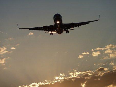 Un avion dans le ciel | Photo : Pixabay