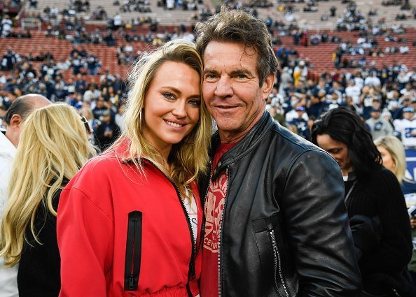 Dennis Quaid and girlfriend Santa Auzina pose for photos | Photo: Getty Images