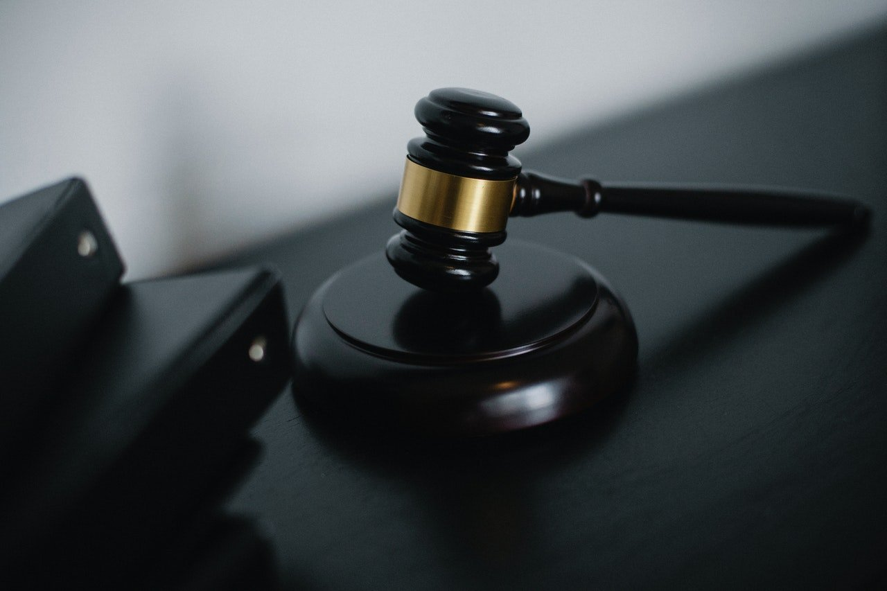 Photo of a gavel on a desk | Photo: Pexels
