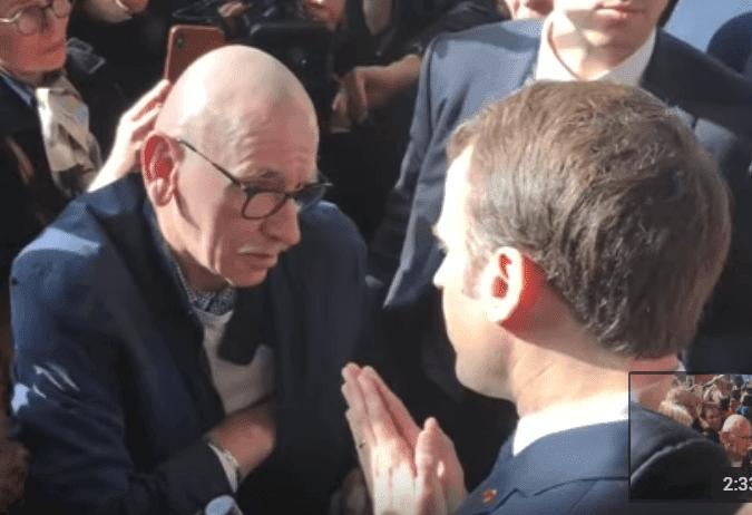 Emmanuel Macron discute avec un retraité au Salon de l'Agriculture, le 23 févier 2019 | Photo: Youtube/BFMTV