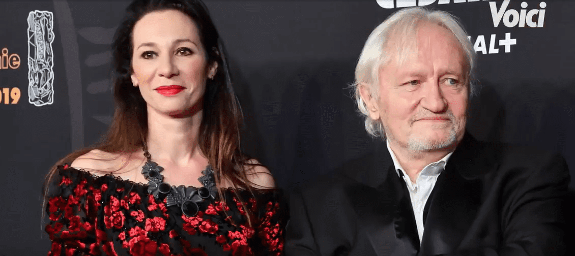 Isabelle Le Nouvel accompagne Niels Arestrup à la cérémonie des Césars 2019. | Capture de Voici (Brightcove Player)