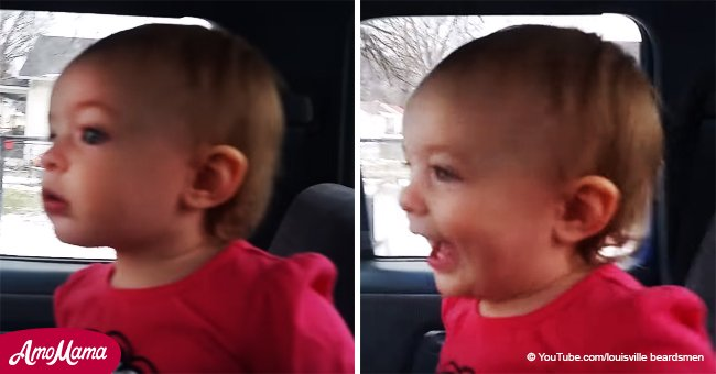 Cette petite fille éclate dans la plus belle série de cris et de gloussements en voyant son frère