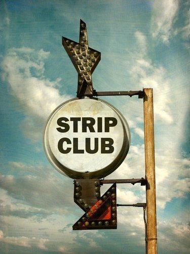 Une enseigne de club de strip-tease usée. | Source : Shutterstock