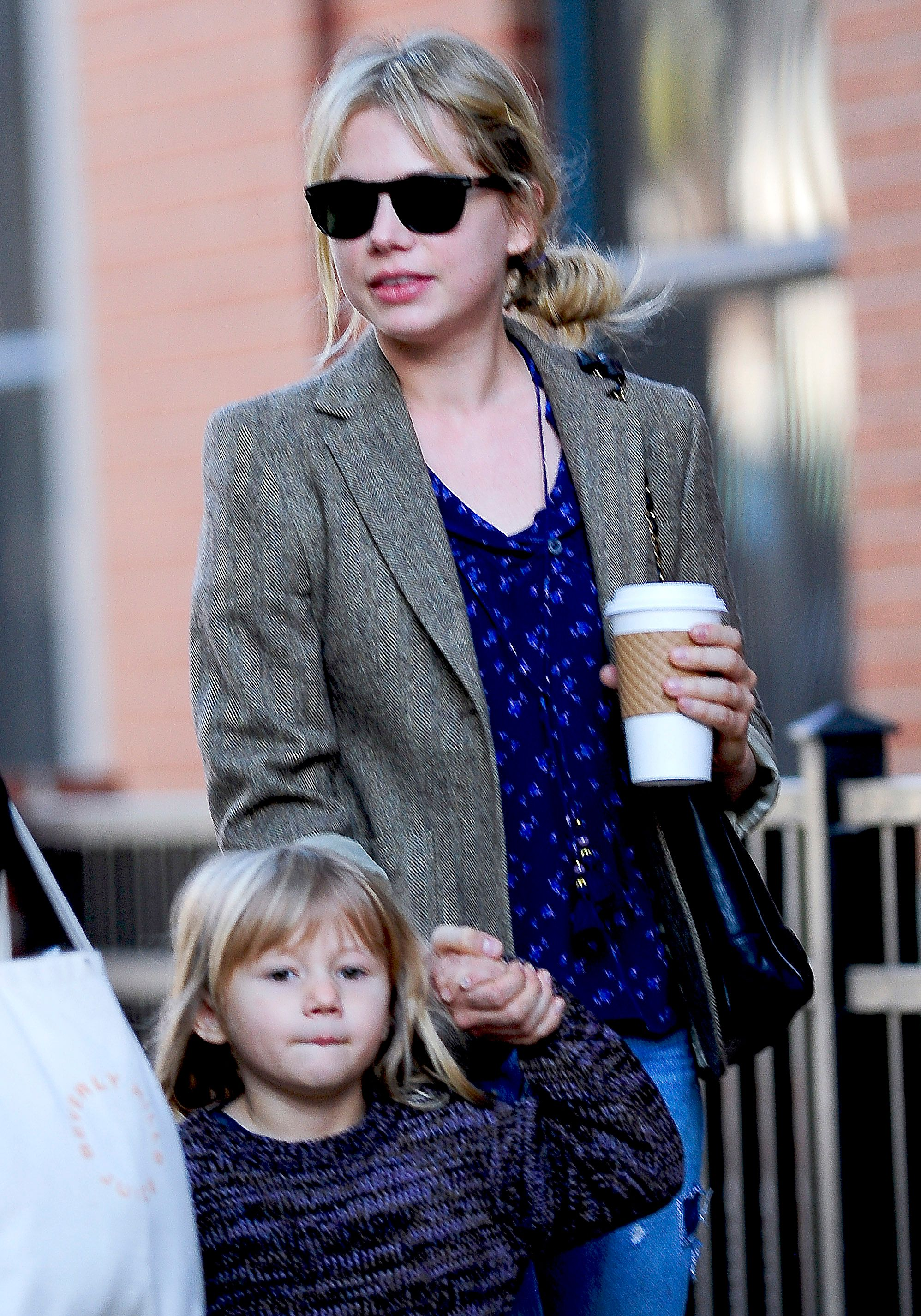 Michelle Williams and daughter Matilda Ledger walk to their Boerum Hill home in the borough of Brooklyn on October 30, 2009 in New York City | Photo: Getty Images
