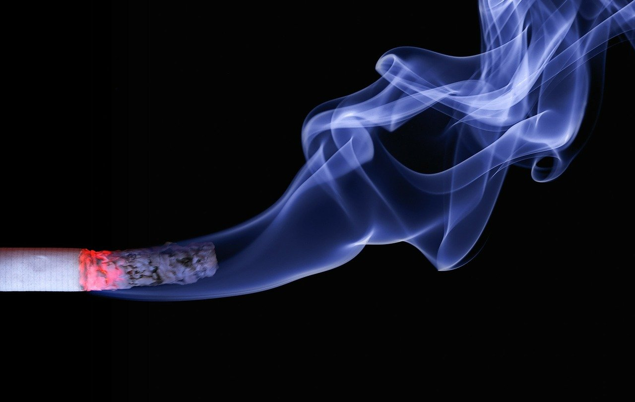 Cigarrillo encendido / Imagen tomada de: Pixabay