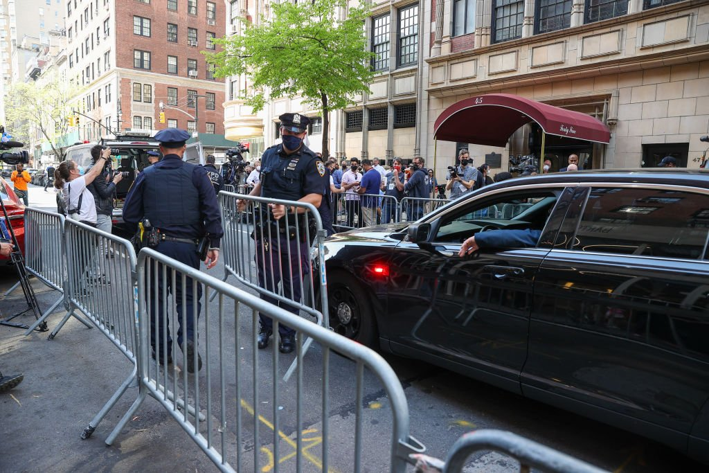 Police set up barricades to keep a crowd away on April 28, 2021 | Photo: Getty Images