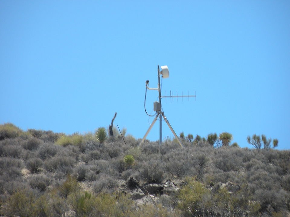 A closed-circuit TV camera watches over the perimeter of Area 51 | Photo: Commons.wikimedia/Jimderkaisser