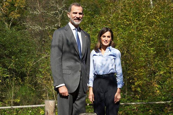 El rey Felipe VI de España y la reina Letizia de España visitan el pueblo de Moal el 20 de octubre de 2018 en Cangas de Narcea, España.| Foto: Getty Images