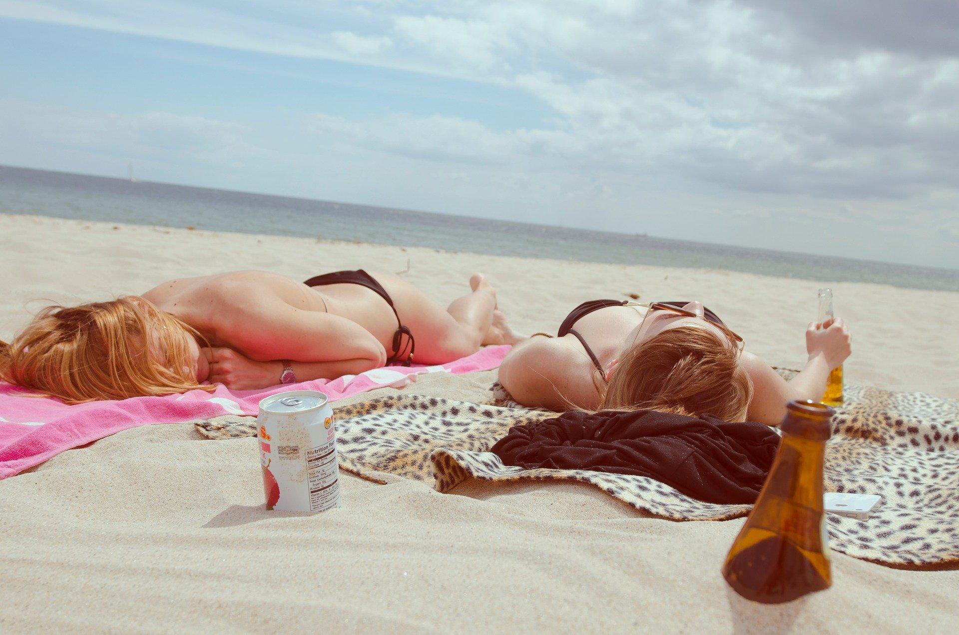 Deux femmes sur la plage | Photo : Pixabay