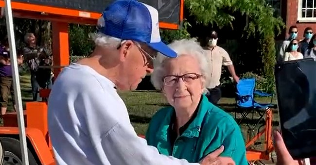 100-year-old brother reunited with his 98-year-old sister for the first time since the pandemic started   Photo: Tiktok/emilyknight75