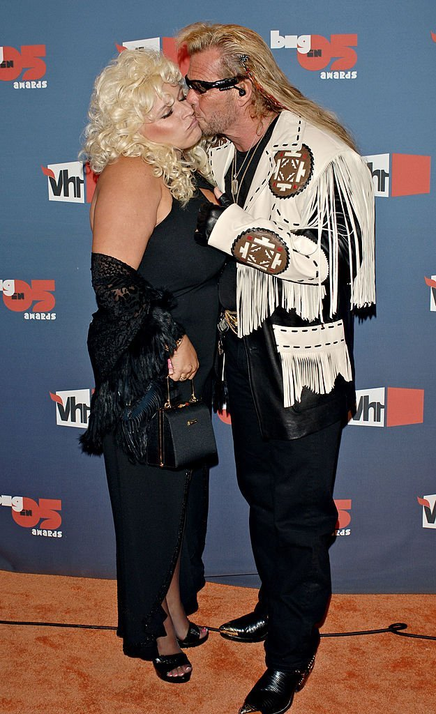 "Duane ""Dog"" kisses Beth Chapman on the check as they arrive at the VH1 Big In '05 Awards held, on December 3, 2005, in Culver City, California 