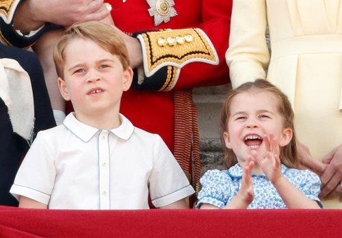 Príncipe George y la Princesa Charlotte de Cambridge en el balcón del Palacio de Buckingham durante Trooping The Color el 8 de junio de 2019 en Londres, Inglaterra. | Foto: Getty Images