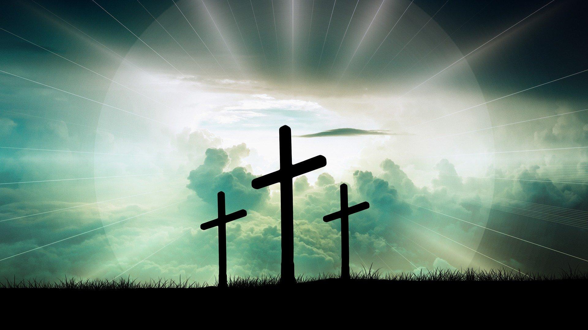Tres cruces a contraluz. Fuente: Pixabay
