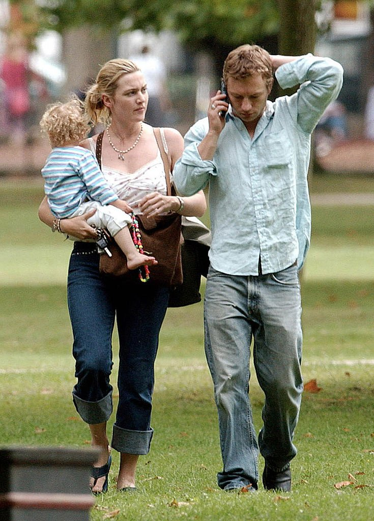 Kate Winslet carrying her child, Mia, with ex-husband Jim Threapleton at the London Park in 2002. | Photo: Getty Images