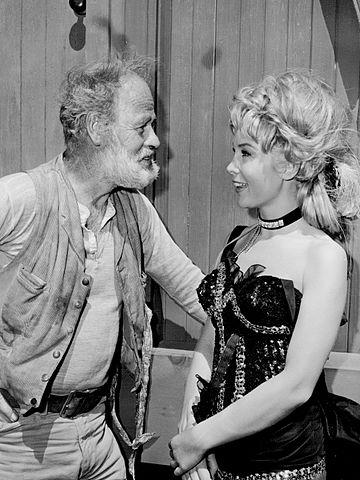 "Paul Brinegar and Barbara Eden in ""Rawhide"" in 1964. | Source: Wikimedia Commons."