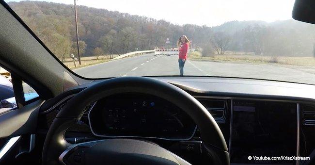 Hombre intenta golpear a su esposa probando el autopiloto de su vehículo y graba el resultado