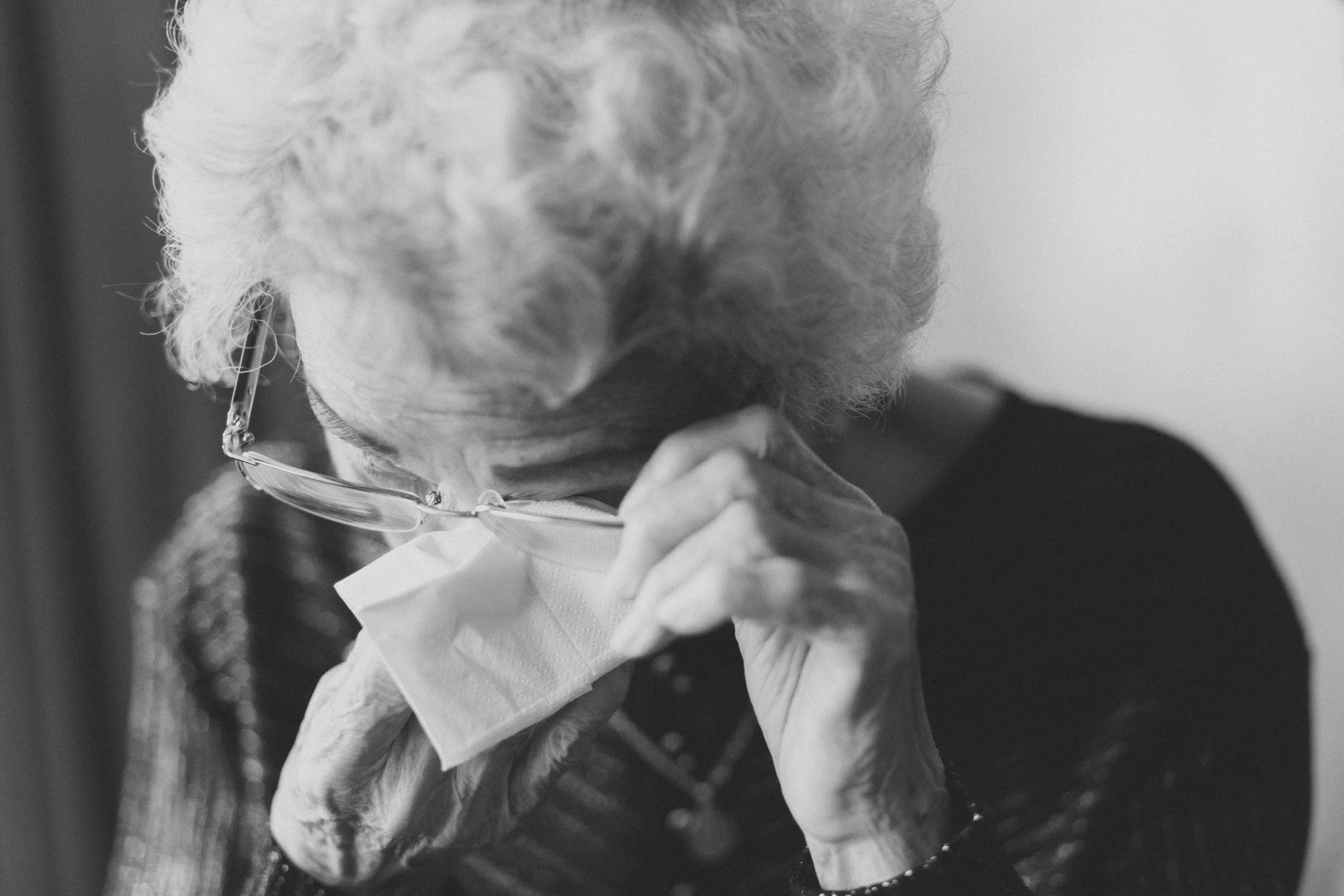Une Grand-mère s'essuyant les yeux | Source : Unsplash