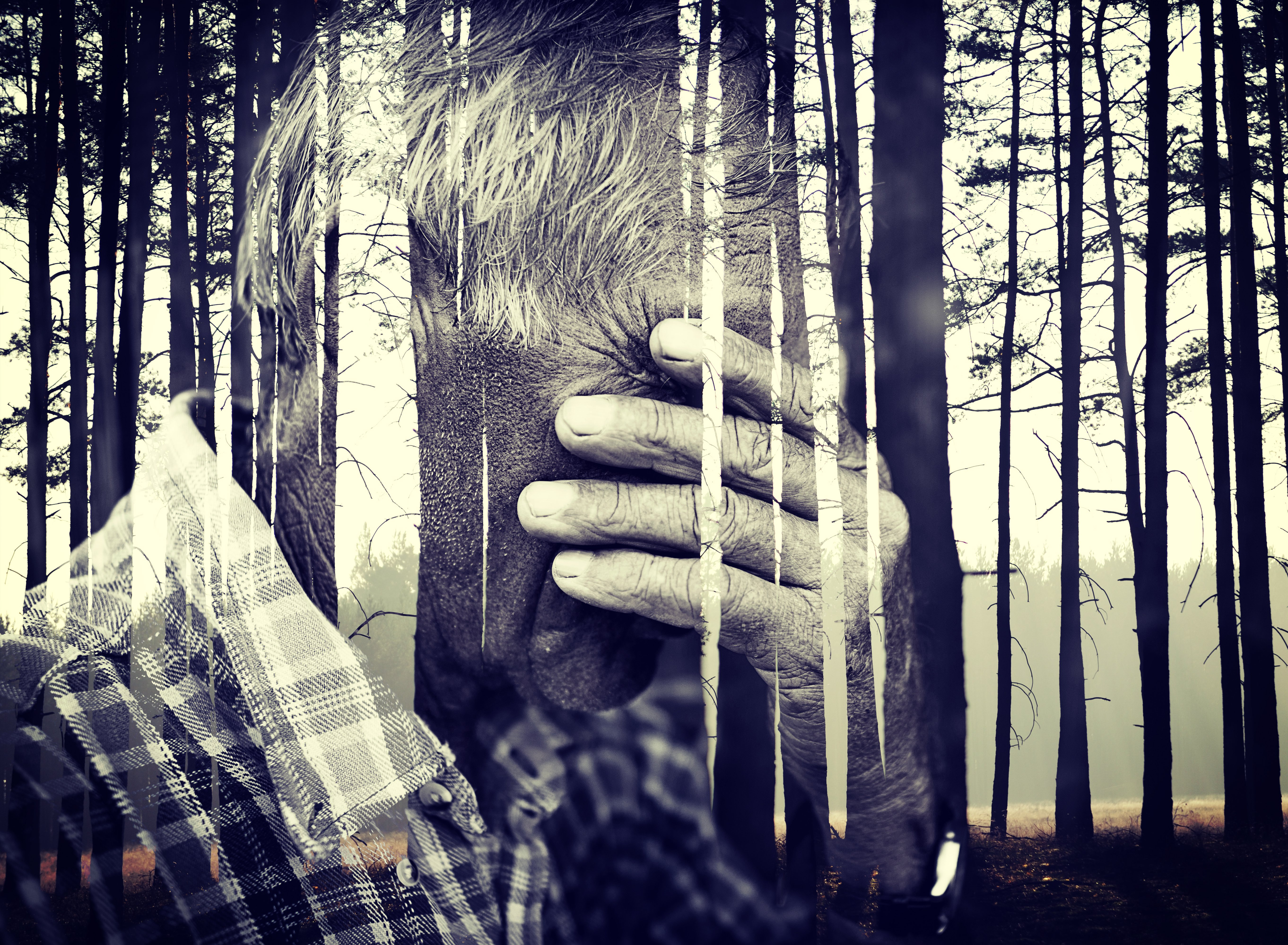 Hombre mayor cubre su rostro por tristeza || Fuente: Shutterstock